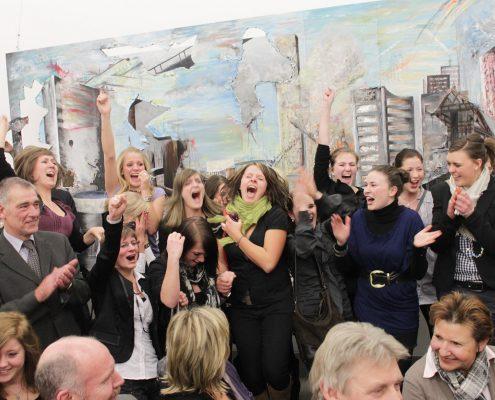 """Jubel über den 1. Platz: die Schüler des Studienkollegs St. Johann Blönried vor ihrer Arbeit """"Pangaea"""" - Foto G. Lukas, Essen"""